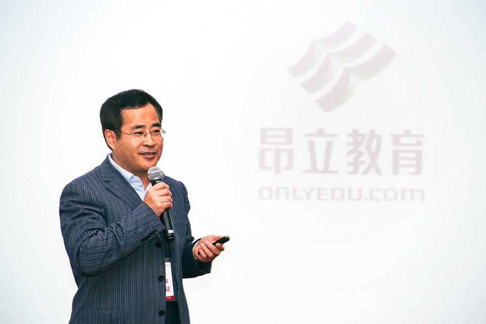"""图为昂立教育集团执行董事兼总经理林涛做""""教育机构合作共赢之路""""的"""